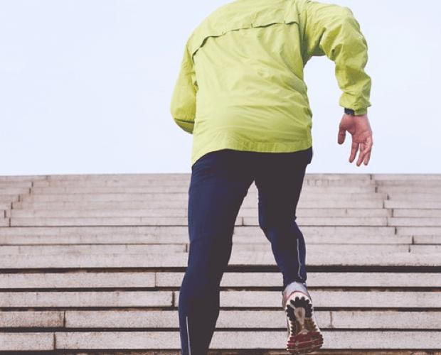 deportista subiendo escaleras fascitis plantar fisioterapia