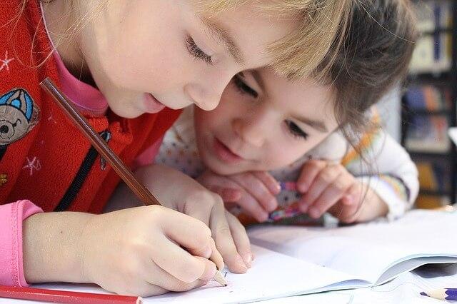 niñas dibujando logopeda