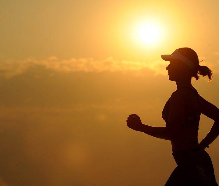 mujer corriendo al amanecer Sol fisioterapia villanueva