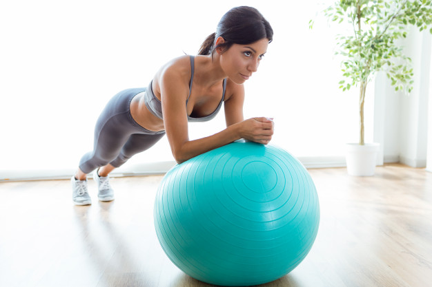 chica deporte postura pelota pilates fisioterapia
